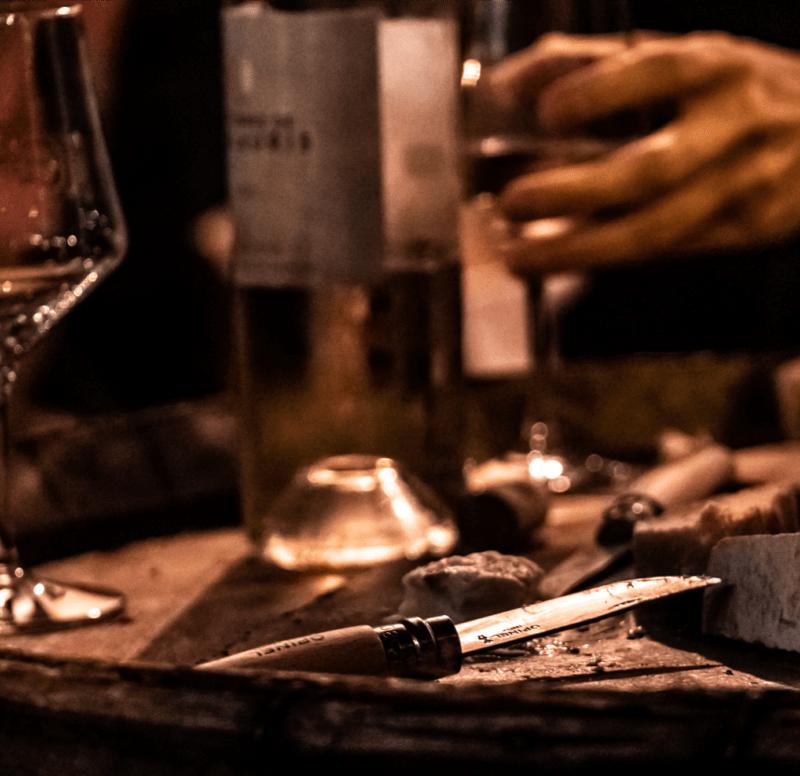 La cave a aime, un couteau et une bouteille sur un tonneau !