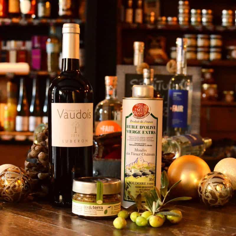 Le fruité noire de l'huile d'olive du Moulin du Vieux Château, le vin rouge du Domaine des Vaudois et la tapenade verte d'Aix et Terra. Un régal !
